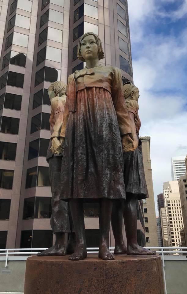 샌프란시스코 시내에 '여성 강인함의 기둥'이라는 작품명으로 설치된 위안부 기림비. 작가 스티븐 와이트 페이스북 갈무리