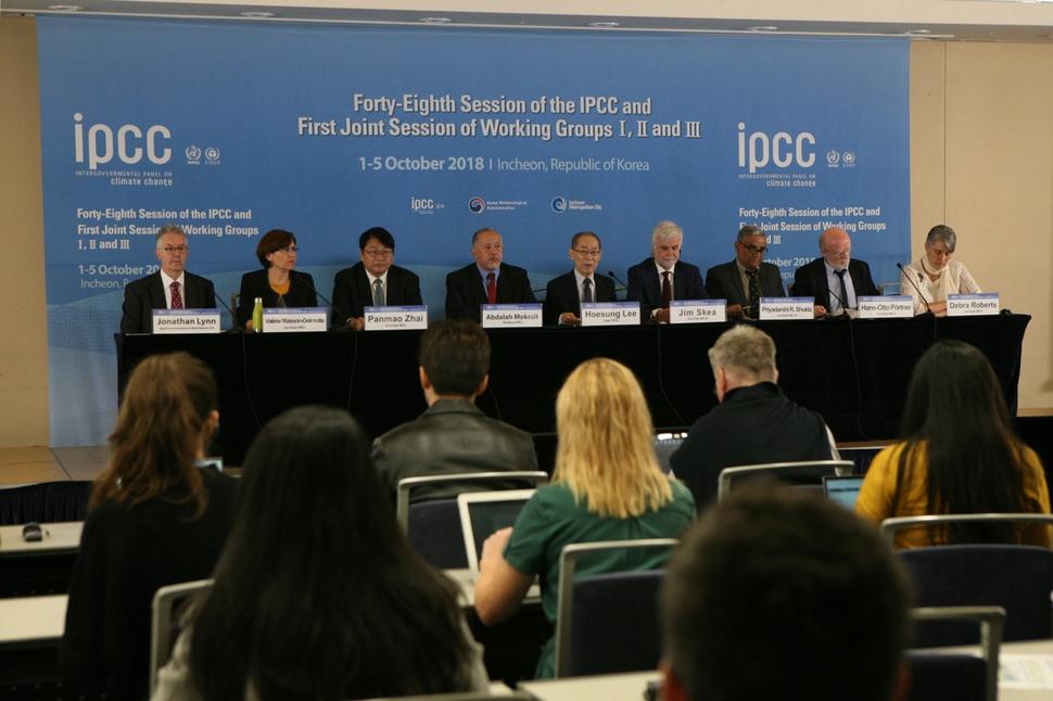 기후변화에 관한 정부간 협의체(IPCC)의 이회성 의장(가운데)이 8일 오전 인천 송도컨벤시아에서 '지구 온난화 1.5도 특별보고서' 내용을 발표하고 있다. 기상청 제공