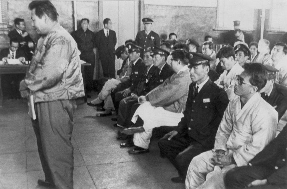 1967년 11월 서울형사지방법원 대법정에서 열린 '동백림 사건' 공판에서 윤이상(서 있는 사람)이 증언을 하는 모습. 윤이상은 1심에서 무기징역을 선고받은 뒤 2심과 3심을 거치며 10년형으로 감형됐다. <한겨레> 자료사진