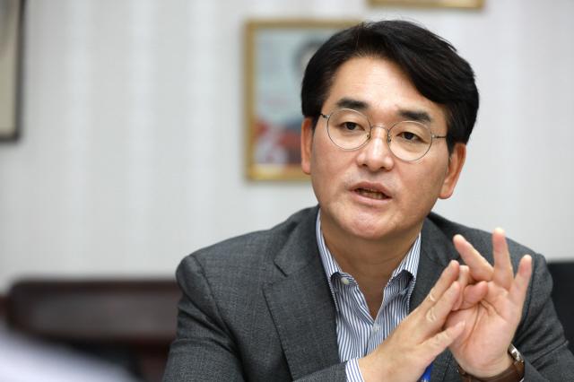 박용진 더불어민주당 의원이 지난달 서울 여의도 국회의원회관에서 <한겨레>와 인터뷰를 하고 있다. 류우종 기자 wjryu@hani.co.kr