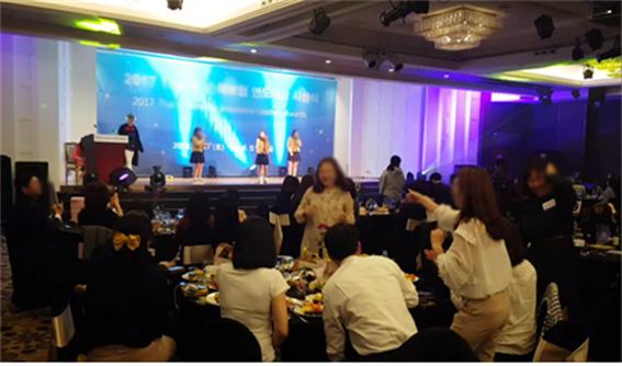 서울공연예술고교 학생들이 한 보험회사가 마련한 직장대상 만찬회에서 교복을 입고 공연을 하고 있다. 사진 더불어민주당 박용진 국회의원실 제공.