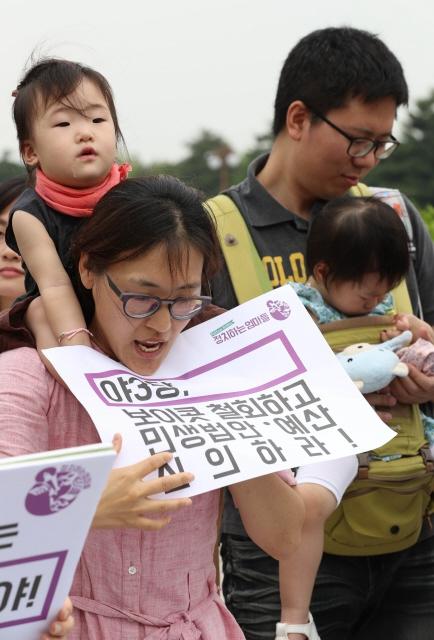 지난해 6월 '정치하는 엄마들'이 서울 여의도 국회 앞에서 기자회견을 열어 '칼퇴근법'과 '보육 추경'의 국회 통과를 촉구하고 있다. 김정효 기자 hyopd@hani.co.kr