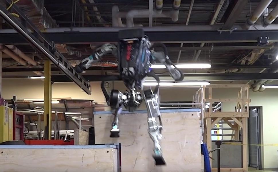 미국 보스턴다이내믹스는 지난 17일 자사가 만든 로봇 아틀라스가 장애물을 딛고 뛰어넘는 파쿠르 동영상을 유튜브에 공개했다.  보스턴다이내믹스 제공