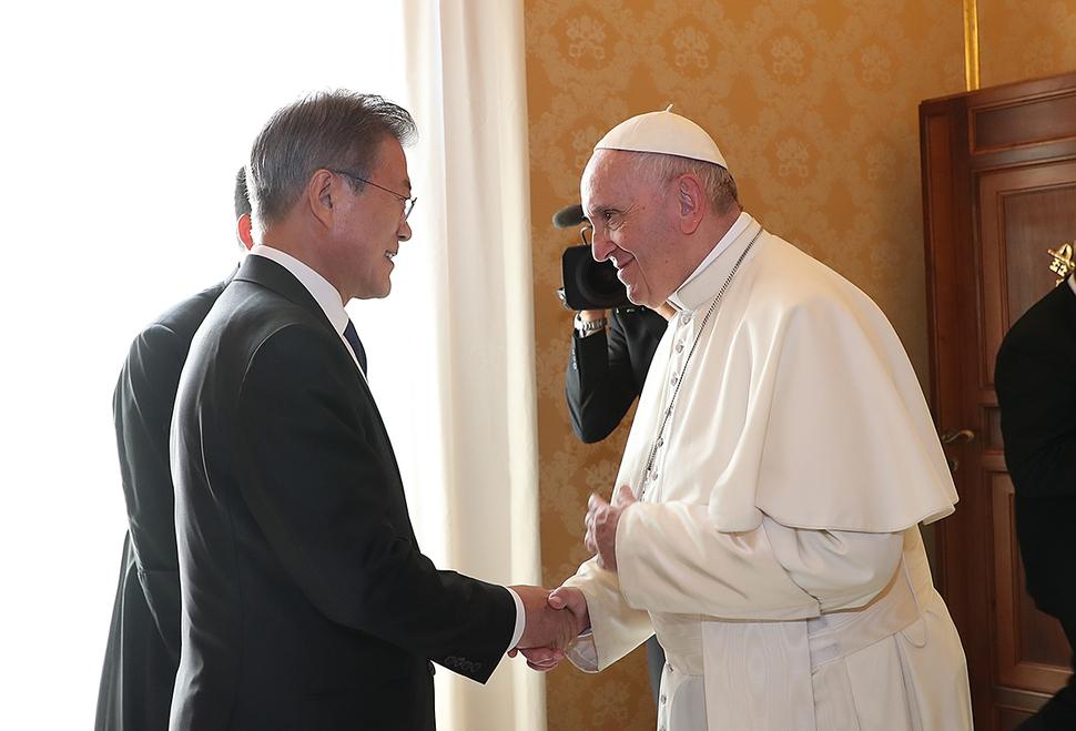 지난 18일(현지시각) 교황청을 공식 방문한 문재인 대통령이 프란치스코 교황을 만난 악수하고 있다. 청와대 제공