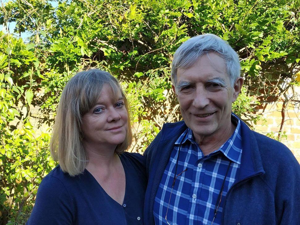 리처드 윌킨슨과 케이트 피킷 교수 부부가 자신의 집 정원을 배경으로 웃고 있다.  이강국 교수 제공