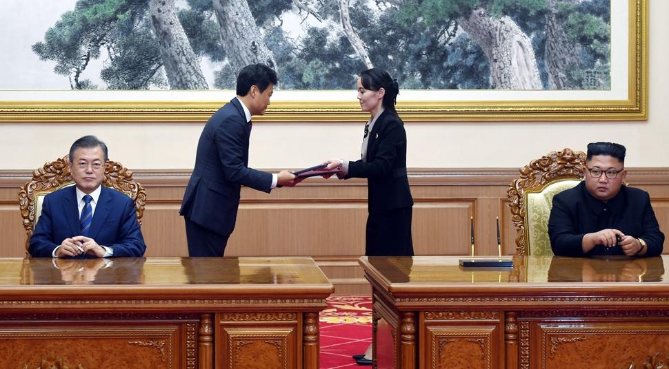 문재인 대통령과 김정은 국무위원장이 9월 19일 오전 평양 백화원 영빈관에서 열린 평양공동선언 합의문에 서명하고 있다. 평양사진공동취재단