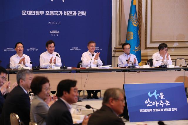 문재인 대통령이 지난 9월 초 열린 '포용국가 전략회의'에 참석해 발표를 들은 뒤 손뼉을 치고 있다. 청와대사진기자단