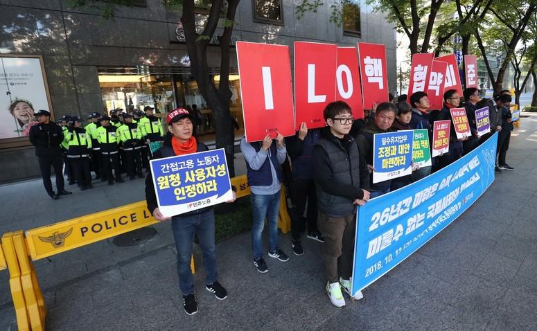민주노총 조합원들이 12일 오전 노사정대표자회의가 열리는 서울 새문안로 에스타워 앞에서 'ILO 핵심협약 비준과 7대 입법과제 연내처리 촉구 기자회견'을 하고 있다. 박종식 기자 anaki@hani.co.kr