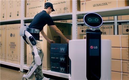 LG전자가 8월에 공개한 'LG 클로이 수트봇(LG CLOi SuitBot)'. 산업현장에서 활용할 수 있는 하체 근력 지원용 웨어러블 로봇으로 인간과 로봇의 협업이 본격화하고 있다. 연합뉴스