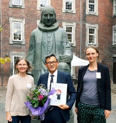 오연호(가운데) 꿈틀리인생학교 이사장이 지난 27일 덴마크 코펜하겐에서 '올해의 그룬트비상'을 받은 뒤 그룬트비포럼 관계자들과 그룬트비의 동상 앞에서 기념사진을 찍었다. 오마이뉴스 제공