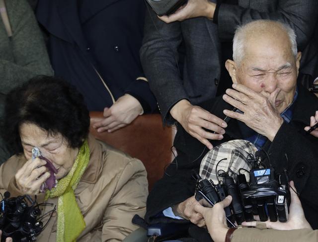 강제징용 피해자 이춘식(94·오른쪽)씨가 소감을 말하면서 눈물을 흘리고 있다