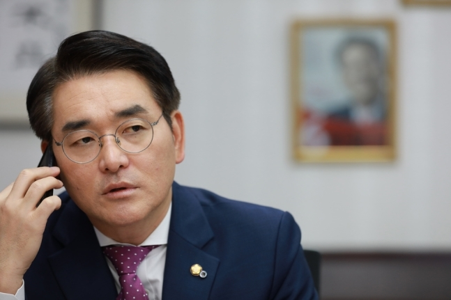 지난 16일 오전 박용진 의원이 유치원 비리 관련 <한겨레>와 의원회관에서 인터뷰를 하고 있다. 류우종 기자 wjryu@hani.co.kr