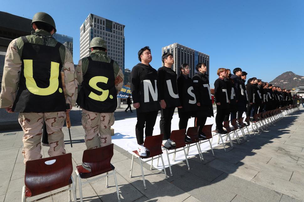 """이들이 만든 문장은 """"The U.S. must take responsibility for the jeju 4.3 massacre""""(미국은 제주4·3 학살에 대해 책임져야 한다)이다. 김정효 기자"""