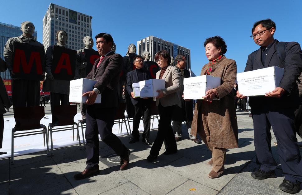 제주4·3 관련 단체 대표단이 31일 오후 서울 광화문광장에서 제주4·3에 대한 미국의 책임있는 조처를 요구하는 10만인 서명지 전달식을 한 뒤 주한 미국대사관으로 향하고 있다. 김정효 기자
