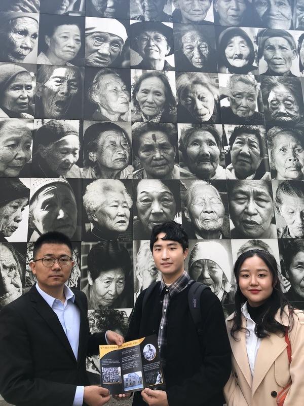 지난 10월 19일 난징 리지샹 위안소 진열관 입구에서 설동준(가운데)씨와 남다희(오른쪽)씨가 류광지엔 리지샹 위안소 진열관 연구관원에게 한국어 팸플릿을 전하고 있다.                              사진 설동준씨 제공