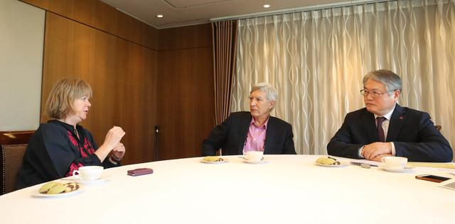 김용익 국민건강보험공단 이사장(오른쪽부터), 리처드 윌킨슨 영국 노팅엄대 명예교수, 케이트 피킷 요크대 교수가 지난 1일 서울 중구 프레스센터에서 대담을 나누고 있다. 신소영 기자 viator@hani.co.kr