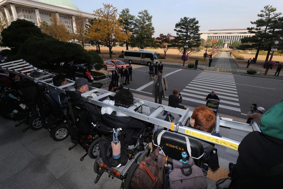 장애인들이 5일 국회의원회관 앞에서 내년도 장애인복지 예산 확대 촉구와 정당 대표자들과의 면담을 요구하며 시위를 벌이고 있다. 강창광 기자