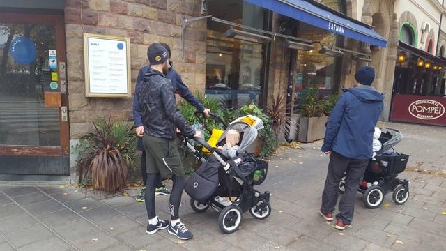 지난달 16일 스웨덴 스톡홀름 시내의 한 카페 앞에서 유모차를 끌고 나온 아빠들이 대화를 나누고 있다. 한국언론진흥재단 연수 기자단 제공
