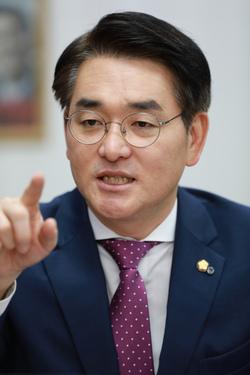 유치원 비리 관련해 <한겨레>와 의원회관에서 인터뷰를 하고 있는 박용진 국회의원. 류우종 기자 wjryu@hani.co.kr