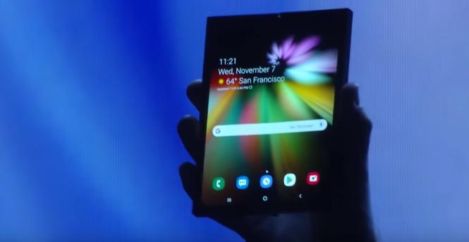 삼성전자 개발중인 폴더블폰을 펼친 모습. 유튜브 캡쳐.