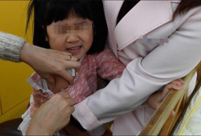 예방 접종을 하는 어린이의 모습. 한겨레 자료 사진.