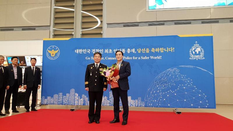 김종양(오른쪽) 인터폴 신임 총재가 23일 오전 인천공항으로 입국한 뒤 민갑룡 경찰청장과 기념사진을 찍고 있다.