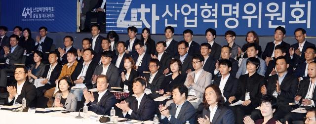 지난해 10월11일 서울 상암동 에스플렉스센터에서 열린 4차산업혁명위원회 출범식에서 참석자들이 출범을 축하하는 박수를 치고 있다.                           청와대사진기자단