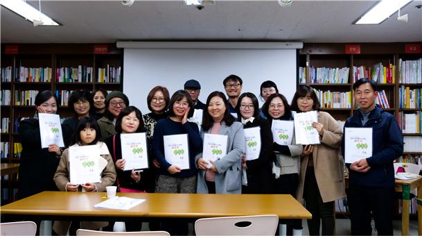 배지영(앞줄 왼쪽에서 세번째) 한길문고 상주작가가 시민들과 함께 웃고 있다. 배지영 작가 제공