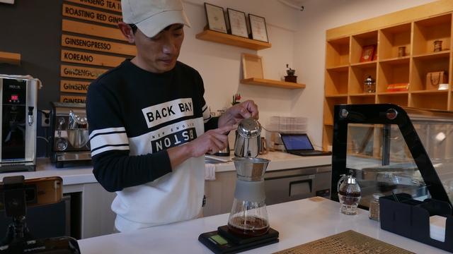 청년몰에 입점한 '홍삼 내리다'의 김명원씨가 로스팅해 분쇄한 홍삼으로 '코리아노'를 만들고 있다.