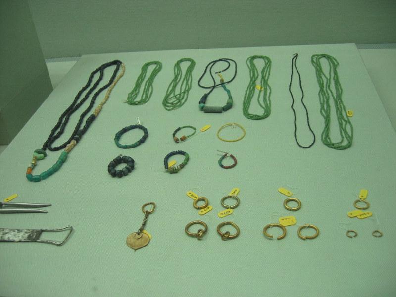 신라와 백제 무덤에서는 많은 양의 유리구슬이 나오고 있다. 한반도에서 나오는 유리구슬은 대부분 인도·태평양 지역에서 만들어진 것이다. 당시의 활발한 교역을 잘 보여준다. 사진은 영산강 유역에서 발견된 유리구슬 등 유물들. 권오영 교수 제공