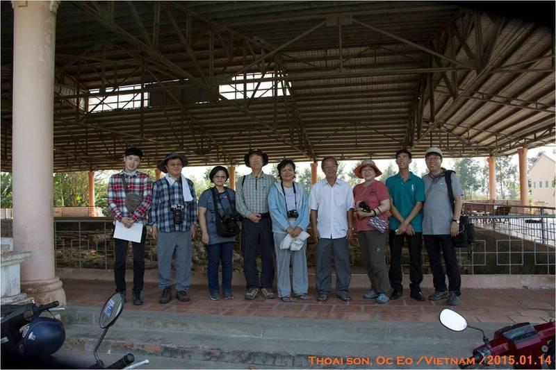 2015년 1월 유리구슬을 찾아 나선 한국 답사단이 현지에서 우연히 만난 베트남 학자들과 기념사진을 찍었다. 왼쪽 넷째가 권오영 교수. 최종택(오른쪽 끝) 고려대 교수 제공