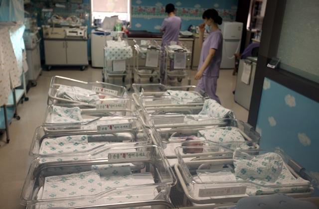 한국의 출산율이 세계 최저수준이다. 경기도 일산의 한 산부인과 신생아실에 비어있는 침상이 이를 대변하고 있다. 윤운식 기자