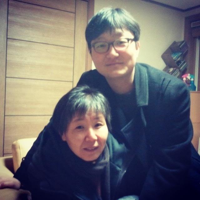 2011년 겨울 서울 서대문구 연희문학창작촌에서 만난 시인 허수경과 오은이 함께 사진을 찍었다. 오은 제공