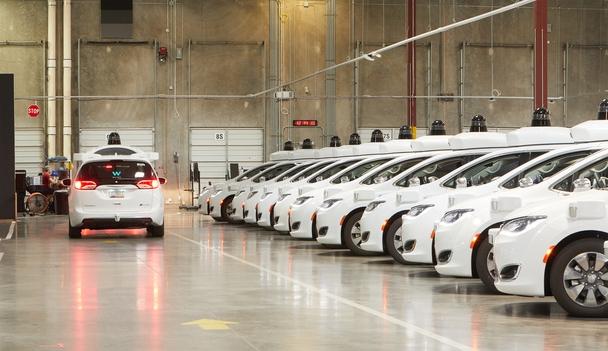 미국 애리조나주 피닉스시에서 세계 최초로 자율주행 택시 서비스에 들어간 웨이모의 크라이슬러 패시피카 모델 차량이 집하지에 수십대 주자해 있다.  웨이모 제공