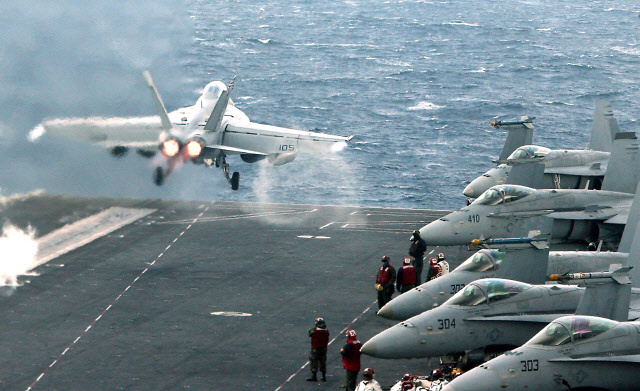 훈련 중인 미군. 전투기가 항공모함을 이륙하고 있다.