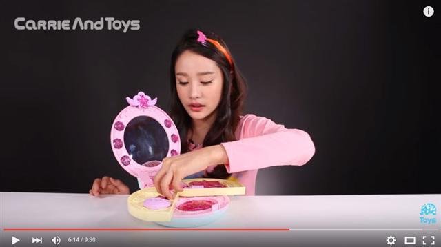 장난감 개봉기 영상으로 초등학생들의 스타가 된 캐리의 모습이다. 10대들의 유튜브 사용이 늘면서, 초등학생 희망직업 중에 유튜버가 5위를 기록했다. 유튜브 제공.