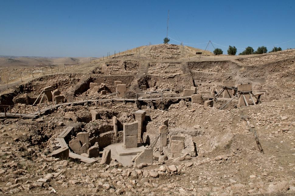 터키 남부에서 발견된 1만5000년 전에 만들어진 대형 신전 괴베클리 유적. 사냥과 채집을 하며 떠돌던 사람들이 자신들의 조상을 기념하고 장례를 지내기 위해 정기적으로 모여서 거대한 제사터를 만든 것이다. 출처 위키피디아
