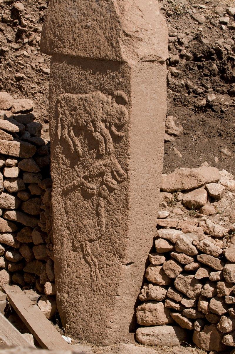 괴베클리 유적의 돌기둥 각각은 고도의 석조기술을 사용하여 티(T)자형으로 세심하게 조각하여서 세운 것이었다. 돌기둥 하나가 보통 10톤 정도이며 큰 것은 50톤이 넘는다. 겉에는 황소, 여우, 새 등이 새겨졌는데, 아주 사실적이어서 유라시아 초원 일대에서 3000년 전에 유행한 동물장식들과 비교해도 손색이 없을 정도다. 출처 위키피디아