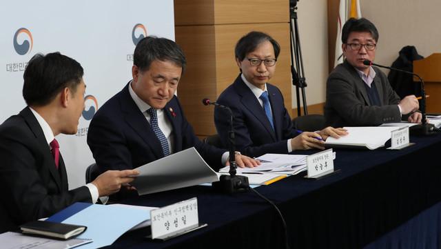 박능후 보건복지부 장관(왼쪽 둘째)이 14일 오전 서울 세종로 정부서울청사에서 제4차 국민연금 종합운영계획안을 발표하고 있다. 백소아 기자 thanks@hani.co.kr