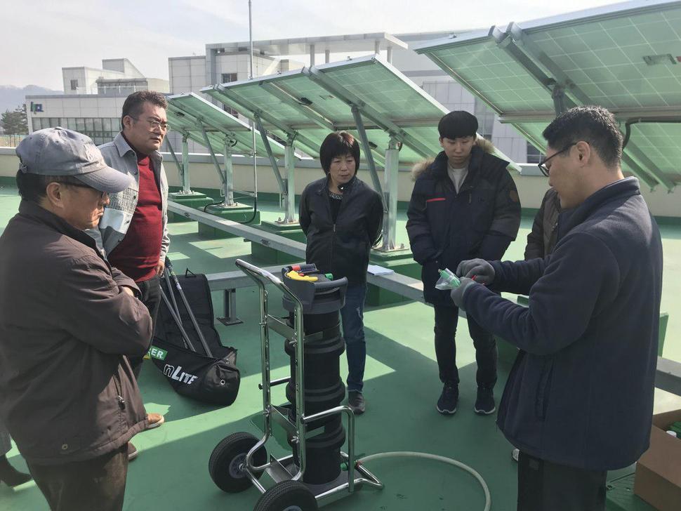 충북지역의 커뮤니티 비즈니스 활성화 사업에 참여한 업체 직원들이 태양광 설비 유지관리 방법을 교육받고 있는 모습. 사람과경제 제공