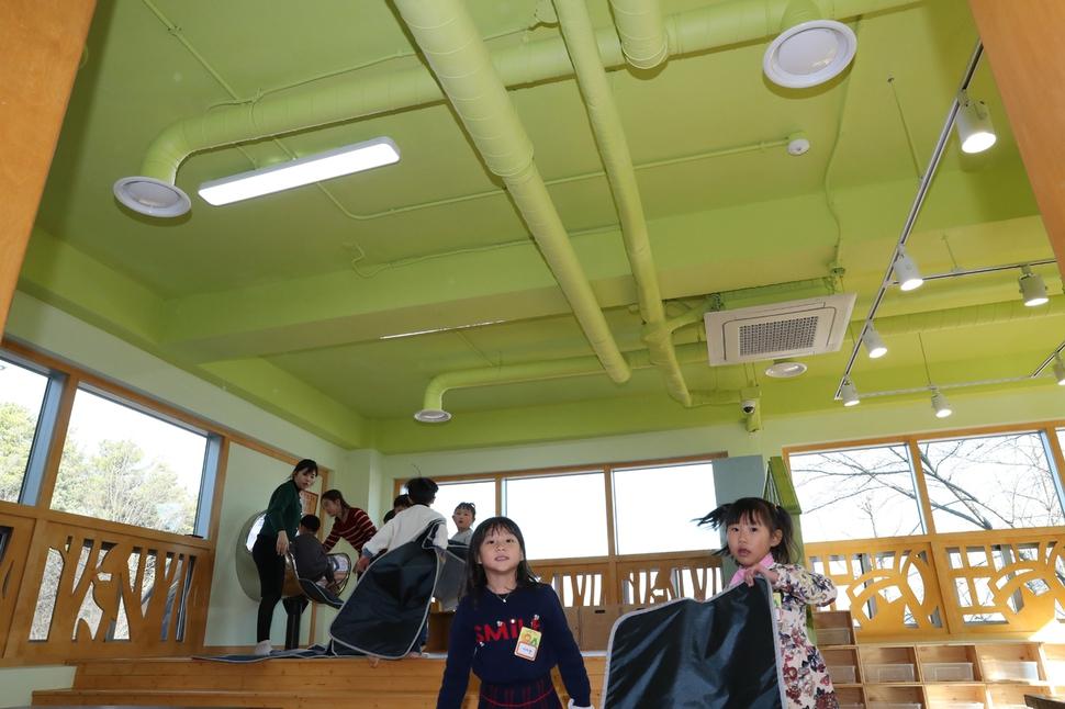 경기 시흥시 시흥ABC행복학습타운 내 국내 첫 공공형 실내놀이공간인 `숨쉬는 놀이터'에서 14일 오후 어린이들이 즐거운 시간을 보내고 있다. 천장에 미세먼지 등을 걸러낼 수 있는 공조시스템이 설치돼 있다. 오는 20일 정식 개장할 예정이다. 강창광 기자 chang@hani.co.kr