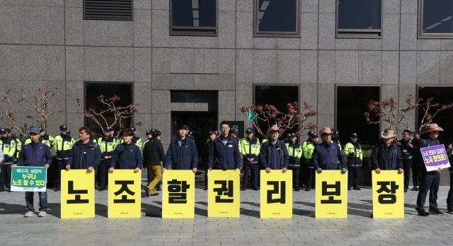 민주노총 조합원들이 지난 10월 서울 새문안로 에스타워 앞에서 '국제노동기구(ILO) 핵심협약 비준과 입법과제 연내처리 촉구 기자회견'을 하고 있다. 박종식 기자 anaki@hani.co.kr