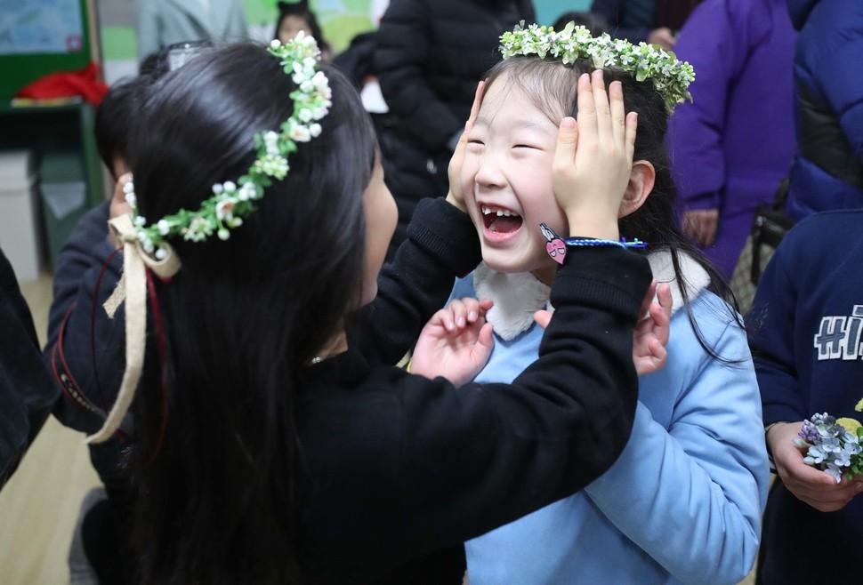지난 1월8일 오후 서울 용산구 용암초등학교에서 예비소집에 참석한 예비 초등학생들이 친구들과 인사를 하고 있다. 2019학년도 취학 아동에 대한 예비소집이 오는 28일부터 시작한다. 시도별로 일정이 다르니 취학통지서를 통해 날짜와 시각을 꼭 확인해야 한다. 백소아 기자 thanks@hani.co.kr