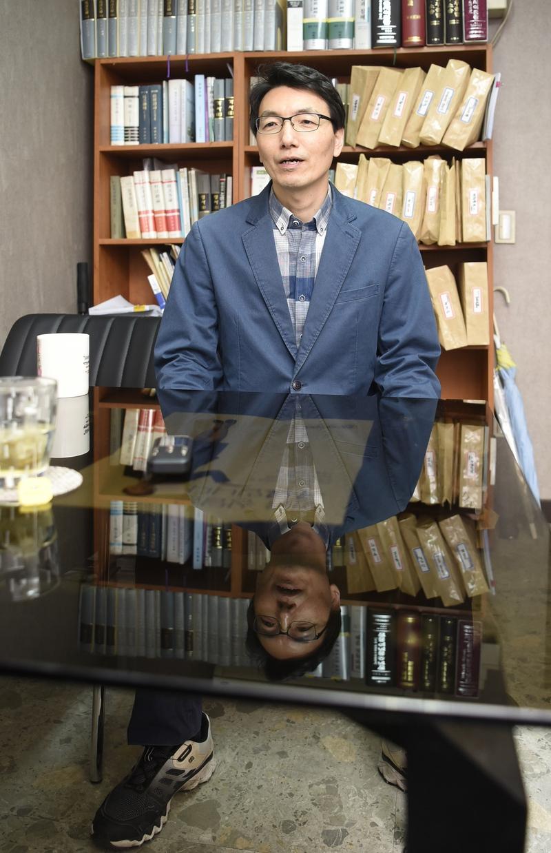 """서기호 변호사는 지난 26일 <한겨레>와 인터뷰에서 """"법원 민주화를 위해서는 우선 행정처에 상근하는 판사부터 없애야 한다""""고 밝혔다. 강재훈 선임기자 khan@hani.co.kr"""