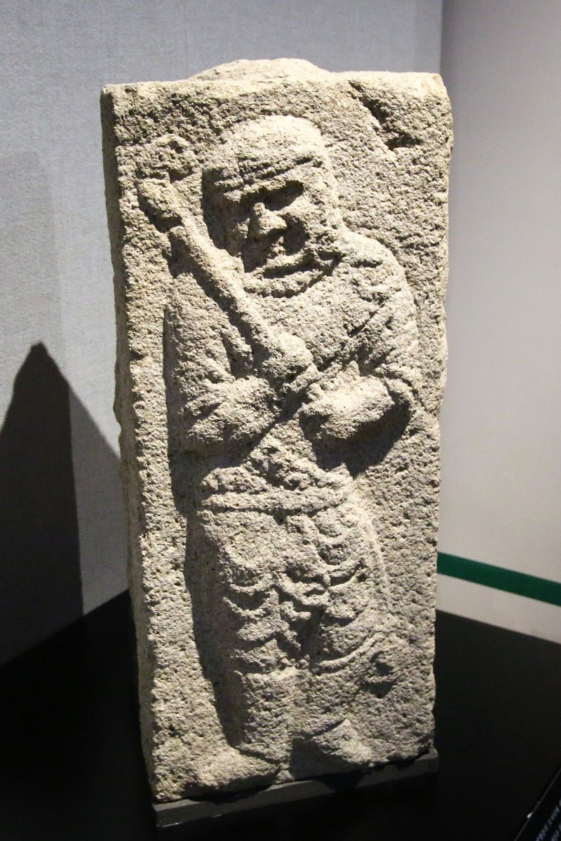 통일신라시대에 만들어진 경주 구정동 방형분(네모무덤)에 있던 부조. 터번을 두르고 폴로 채를 든 서역인이 조각돼 있다. 권오영 교수 제공