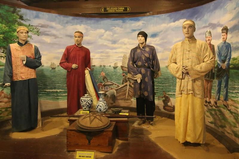예로부터 해상실크로드의 중심지였던 말라카는 인도와 아랍, 중국 상인 등이 함께 어울려 살았다. 이들 외지 상인들은 현지 사람들과 결혼해 가정을 이뤘으며, 페라나칸이라고 불리는 그 후손들은 오늘날 싱가포르와 말레이시아의 독특한 다문화사회의 바탕이 되고 있다. 교역을 위해 말라카를 방문한 중국 상인들의 모습이 말라카박물관에 전시돼 있다. 권오영 교수 제공