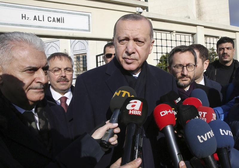 시리아 정부군이 쿠르드 민병대가 통제해온 만비즈에 진격한 28일, 터키의 레제프 타이이프 에르도안 대통령이 이스탄불에서 기자들에게 쿠르드 무장단체의 축출을 공언하고 있다. 이스탄불/AP 연합뉴스