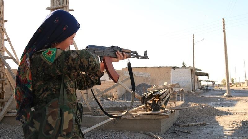 시리아 내전에서 이슬람국가(IS) 격퇴전의 선봉에 섰던 쿠르드족 민병대인 인민수비대(YPG)의 여성 전사가  자동소총을 조준하고 있다. 출처 FLICKR