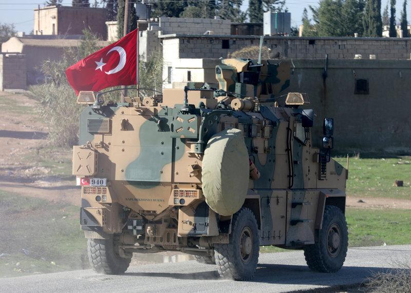 시리아 정부군이 쿠르드 민병대가 통제해온 시리아 북부 만비즈에 진격한 다음날인 29일, 터키군 군용 차량이 만비즈의 한 도로를 달리고 있다. 만비즈/로이터 연합뉴스