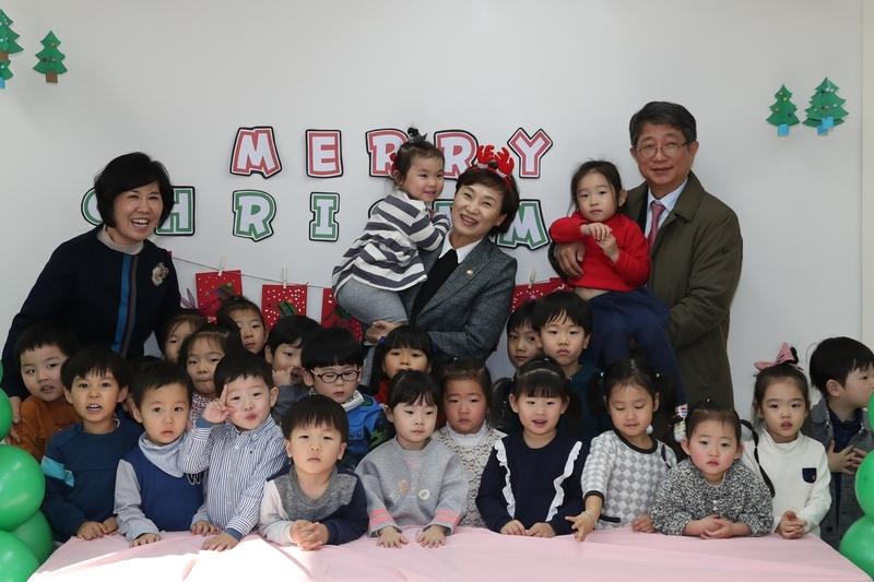 김현미 국토교통부 장관(가운데)와 박상우 LH 사장(오른쪽)이 2017년 크리스마스 때 경기 성남 여수동의 한 어린이집을 방문해 아이들과 기념 사진을 찍었다. LH 제공